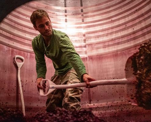 Das Bild zeigt ein Mitarbeiter im Weinfass im Weingut Domaine les Varinelles - Crémant de Loire AOP