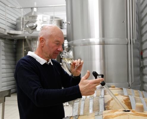 Das Bild zeigt den Winzer Marc Hennequière bei der Verkostung der Stillweine für die champagnerherstellung - Champagne AOC Marc Hennequière