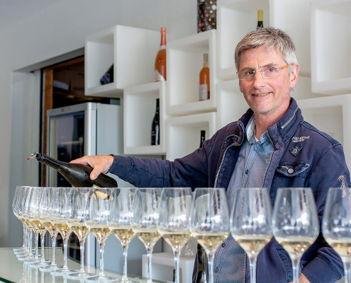 Das Bild zeigt den Winzer Laurent Daheuiller bei einer Verkostung im Weingut Domaine les Varinelles - Crémant de Loire AOP
