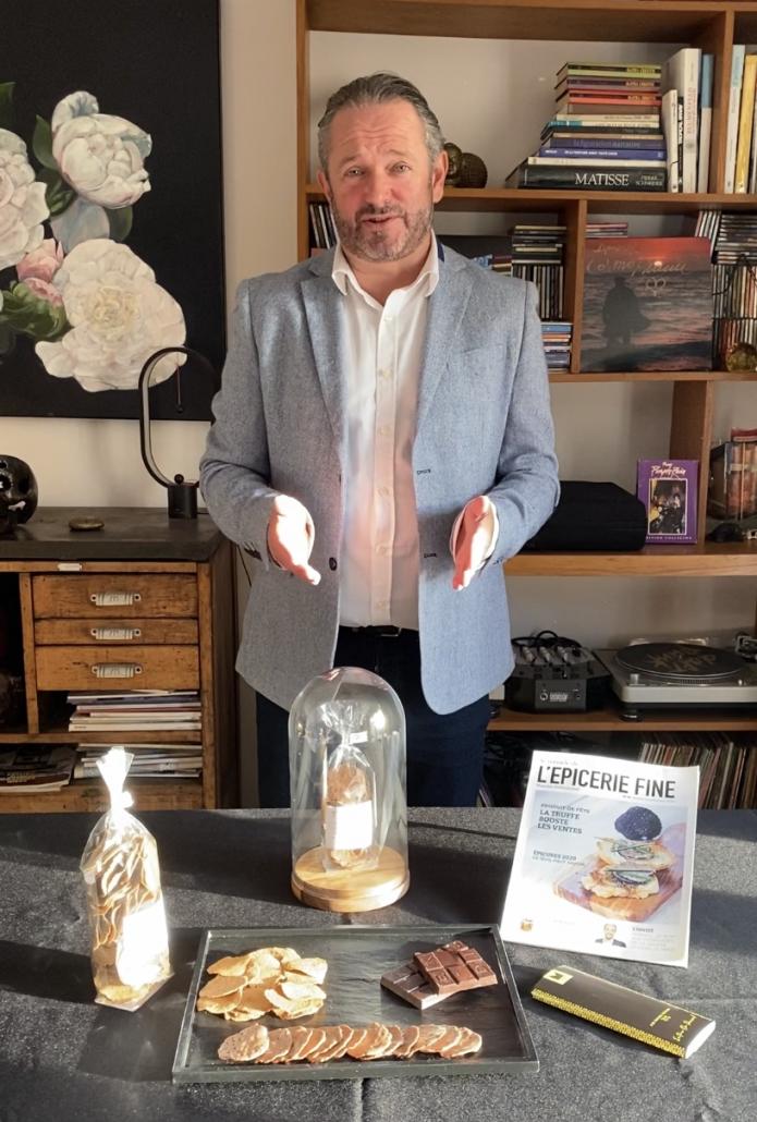 Das Bild zeigt den Inhaber Pascal Gaudin bei der Vorstellung seiner Produkte Chipsenn -Firma Ty Pleud